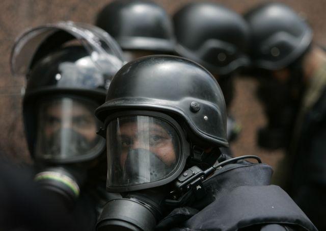 Krawall-Polizisten beobachten eine Demonstration in Caracas (keystone)