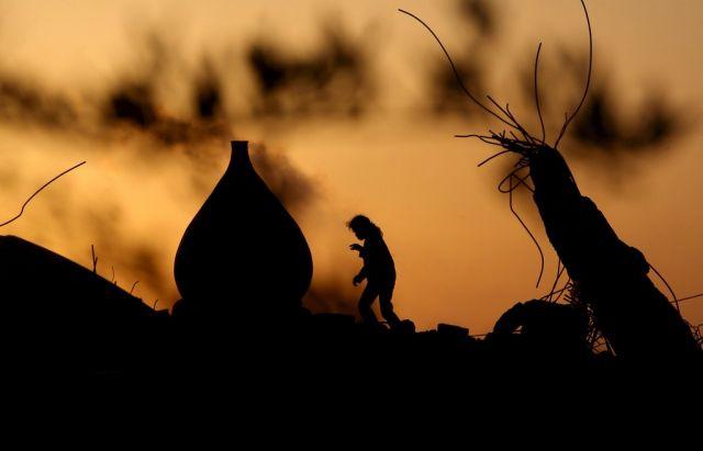 Palästinenserkinder spielen in den Ruinen (keystone)