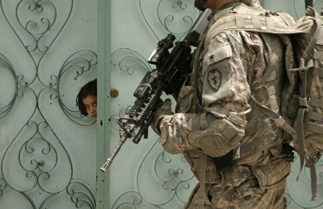 Mädchen und Soldat (keystone)