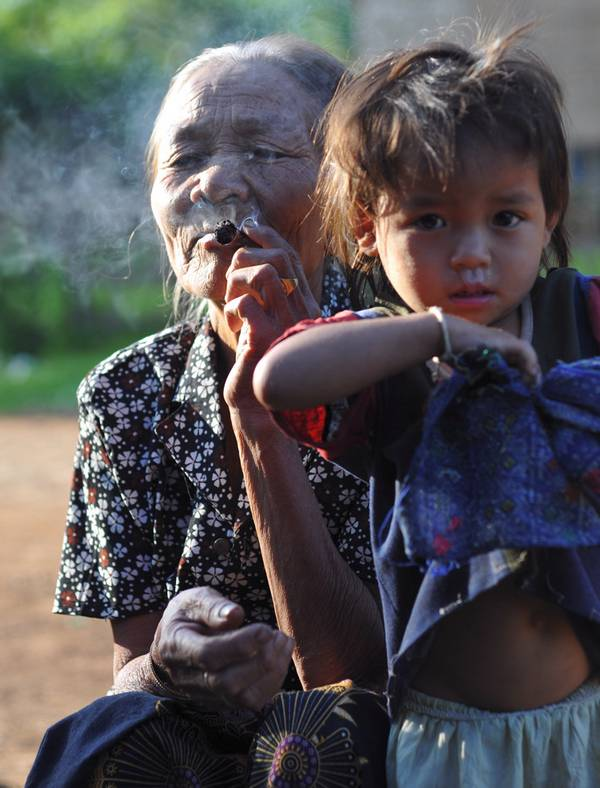 Laotische Grossmama mit Enkel: Draufhalten reicht nicht