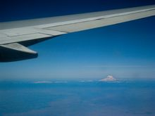 Vorbeiflug an Mt Rainier bei Seattle, Hunderte Kilometer entfernt. (©PS)