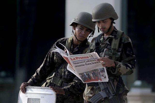 Soldaten informieren sich in Honduras. (keystone)