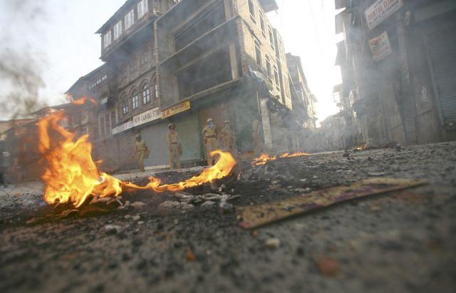 Indische Polizisten in Kashmir (keystone)