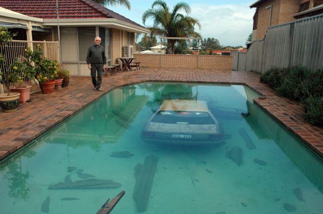 Auto im Swimmingpool (keystone)