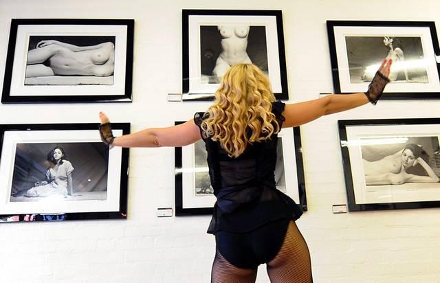 Madonna-Doppelgängerin promoted die Ausstellung der Madonna-Aktfotos von 1979 (keystone)
