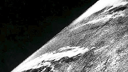 Das erste Foto der Erde aus dem Weltall, aufgenommen von einer V2-Rakete am 24. Oktober 1946; courtesy White Sands Missile Range/Naval Research Laboratory