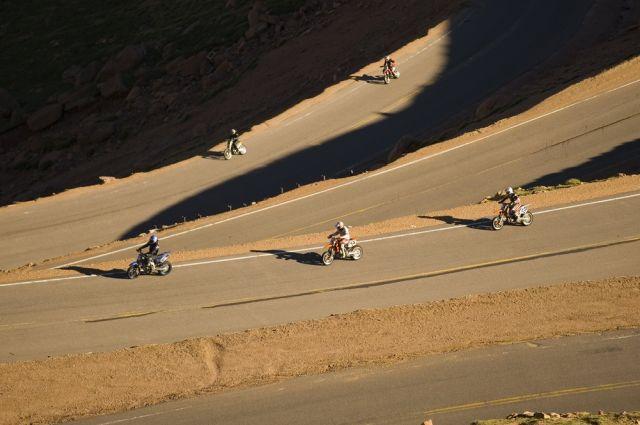 Motorradfahrer am berg (keystone)