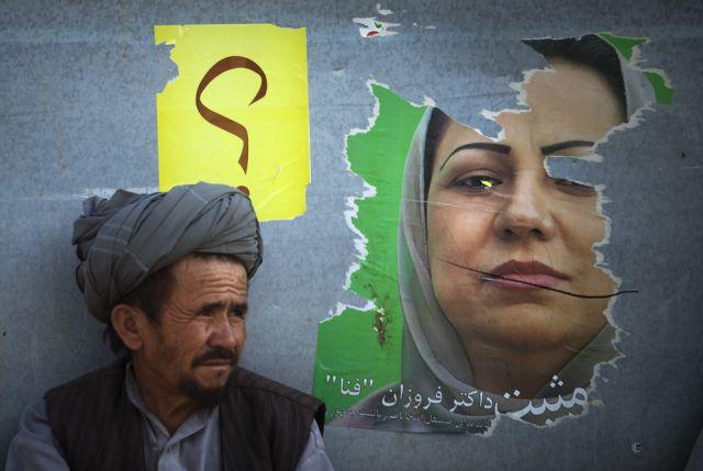 Ein Afghane am Wahlposter (keystone)