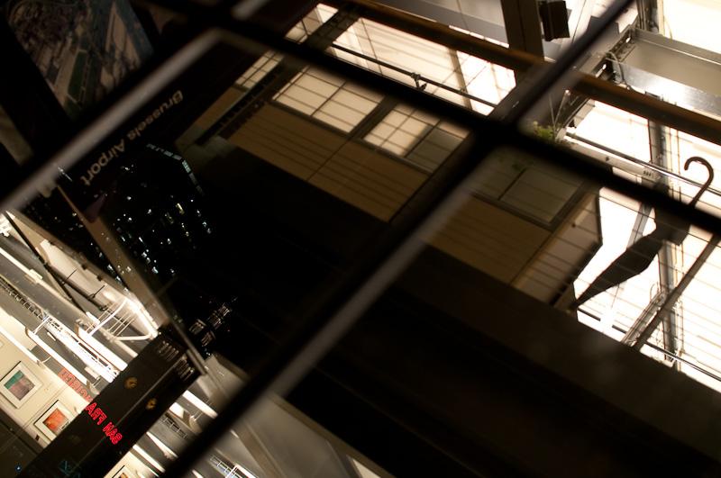 verwaiste Büroräume im Pier 1 in San Francisco. Der Regenschirm und der Schriftzug Brussels Airport hatten es mir angetan, scharf gestellt habe ich aber auf die Spiegelung des Ferrybuildings. ISO 400, f/2.8, 1/13s bei 30mm Nikon D300 und Sigma 30mm 1.4 (©PS)