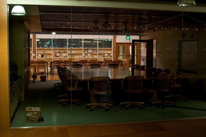 Die Stühle halten Konferenz in einem Sitzungszimmer im Pier 1 in San Francisco, die Bucht spiegelt sich mit. Nikon D300, Sigma 30mm1.4, ISO 200, f/2.8, 1/5s (©PS)
