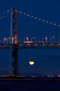 Die Bay Bridge mit Blutmond.