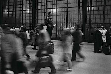 © Maurice Weiss/OSTKREUZ: Bahnhof Friedrichstraße, Grenzübergang, Berlin-Mitte, Dezember 1989, DDR. Serie: Umbrüche