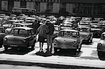© Harald Hauswald/OSTKREUZ: Marx-Engels-Platz (heute Schlossplatz) vor dem Außenministerium der DDR, Berlin. Serie: Alltag. Jahr: 1984