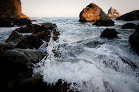 Spritzendes Wasser in einem ersten Versuch: Die Schärfe liegt falsch, wie an den Felsen im Vordergrund zu erkennen ist. Nikon D300, Sigma 10.0-20.0 mm f/4.0-5.6 - 1/800 Sek. bei f / 5.3 mit ISO 800, 17 mm. (Bild © PS)