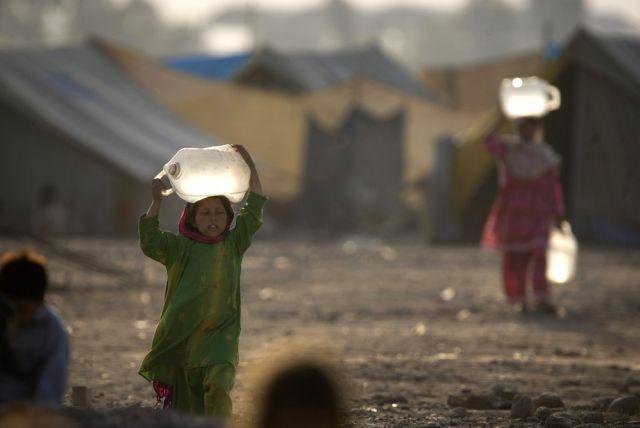 Mädchen holen Wasser (keystone)