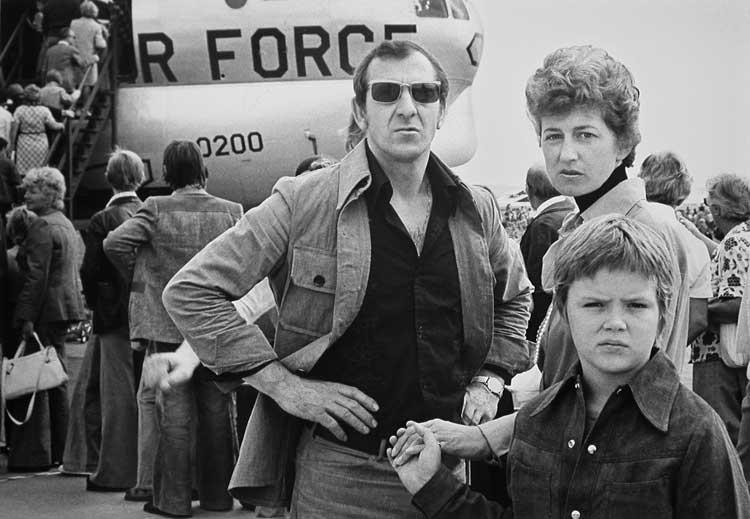Familie am Tag der offenen Tür der U.S. Air Force auf dem Flugfeld Tempelhof, Berlin 1975.