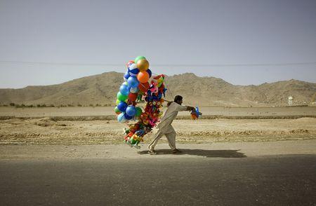 Der Ballonmann. Klick zur Bildstrecke mit Emilio Morenattis einzigartigen Bildern.