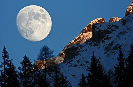 Als wäre der Mond zum greifen nah... Tijerfluh bei Arosa, (keystone / Alessandro Della Bella)