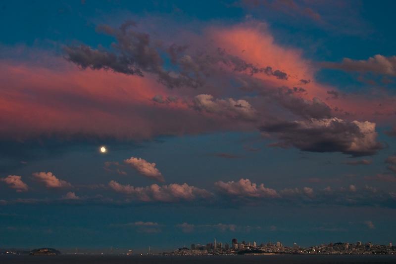 Ein Himmel, wie ihn sich Fotografen wünschen: Der Mond über der Bucht von San Francisco, die Barockputen verstecken sich hinter dem Rosa. (Bilder PS)