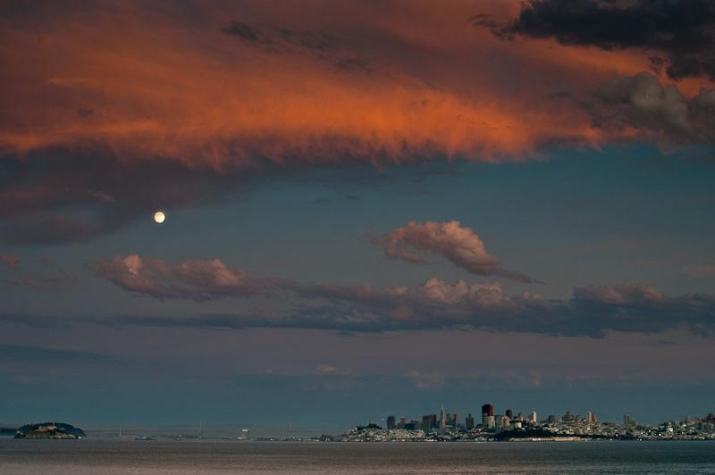 Alcatraz, Mond, Baybridge und San Francisco - alles unter einem Himmel wie in Flammen. © Peter Sennhauser