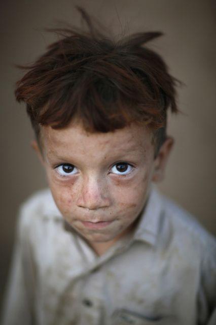 Afghanischer Junge posiert für ein Porträt (keystone)