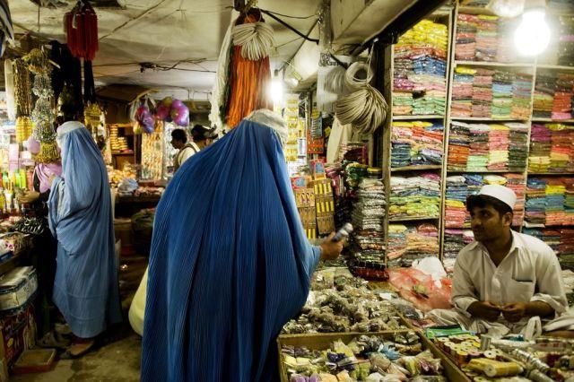 Afghanische Frauen beim Einkauf in einem Bazaar (keystone)