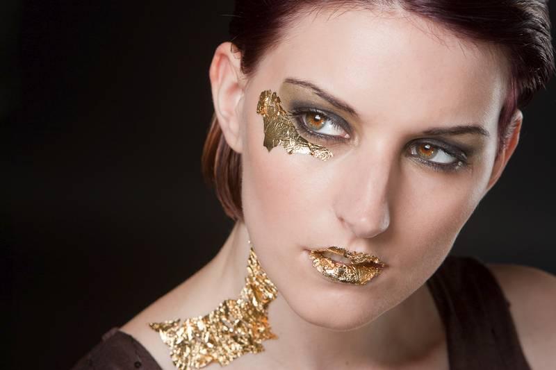 Beauty Porträt mit Extreme Makeup: Gehversuche in Blattgold
