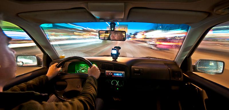 Nächtliche Kamerafahrt mit Auto: Energieeeeee!