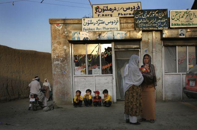 Afghanische Frauen halten einen Schwatz (keystone)
