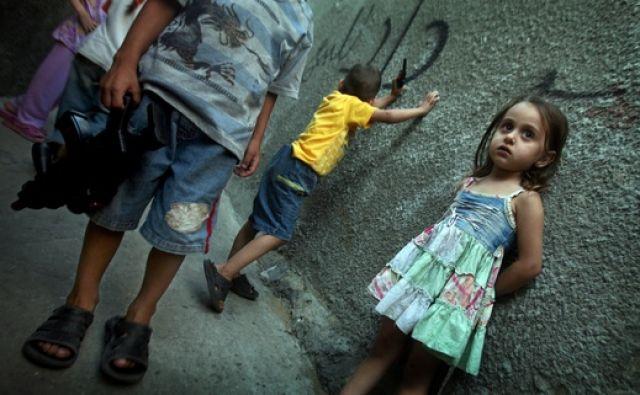 Palästinenische Kinder spielen mit Spielzeugwaffen (keystone)