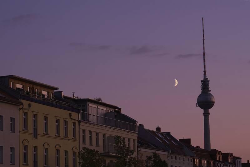 Mondfotos in Berlin: Krater neben dem Fernsehturm