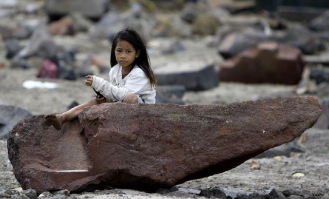 Mädchen auf Stein (keystone)