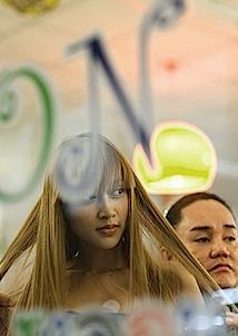 Ralf Tooten: Mädchen im Beauty-Salon, Bangkok Noir