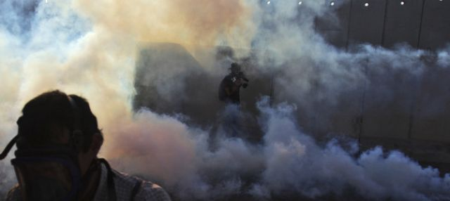 Kameramann im Tränengas (keystone)