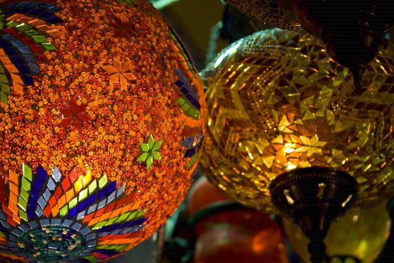 Lampenladen im Bazar: Buntes Leuchten