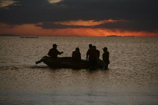 Feuerwehrleute suchen nach vermissten Kindern im Titicacasee (keystone)
