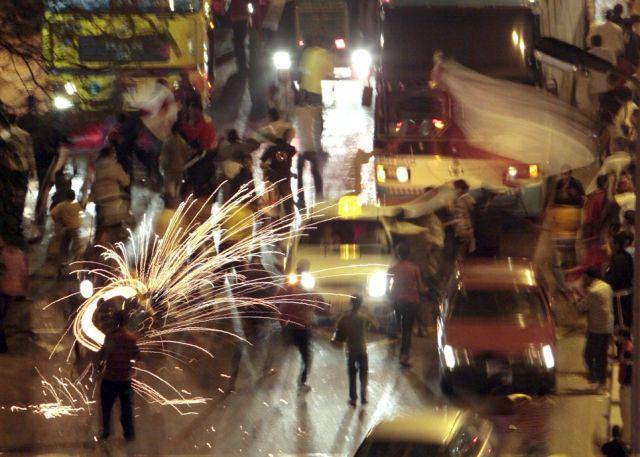 Ägyptische Fans feiern den Sieg ihrer Fussballmannschaft über Algerien in den Strassen von Kairo (keystone)