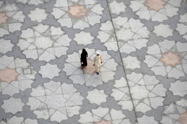 Pilger begeben sich zur Moschee (keystone)