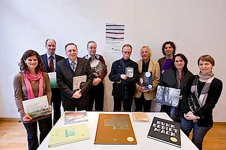 Die Jury des Deutschen Fotobuchpreises 2010 mit den Siegertiteln