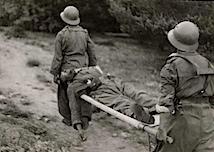 Gerda Taro: Zwei republikanische Soldaten mit einem Soldaten auf einer Trage, Navacerradapass, Segovia-Front, Ende Mai – Anfang Juni 1937, © International Center of Photography