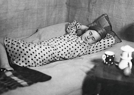 Marianne Breslauer: Aus der Serie Freizeit eines arbeitenden Mädchens, Berlin 1933