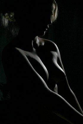 Aktfoto in Lowlight: Minimalismus verlangt Perfektion