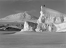 Herbert Ponting: The Matterhorn Berg profile with Erebus, October 1910