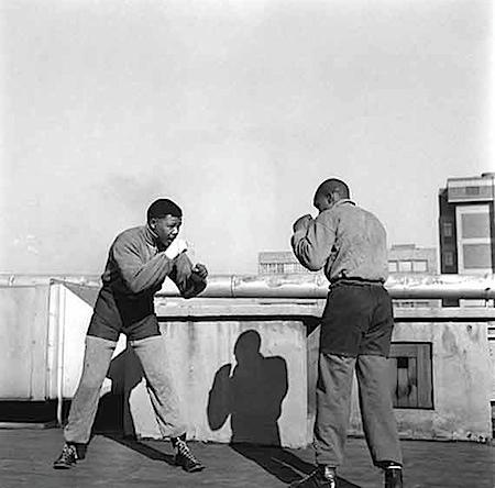 Bob Gosani: Hochverratprozess Ende der ersten Runde, Nelson Mandela boxt auf dem Dach eines Zeitungsgebäudes in Johannesburg. 1957