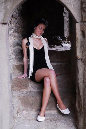 Situationsporträt: Junge Frau in alter Burg