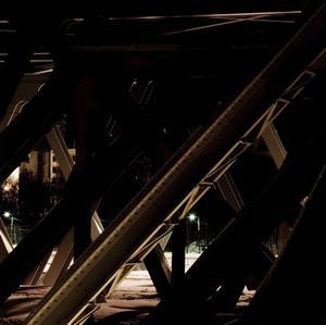 Licht und Schatten: Stahlträger ohne Zwischentöne