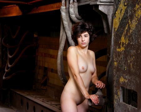 Die Nackte in der Fabrik: Über das Offensichtliche hinausgehen