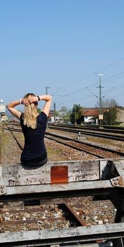 Rückenporträt: Unerkannt am Bahnhof