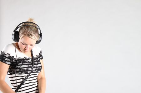 Studiobild: Die Frau, der Kopfhörer und die Leere
