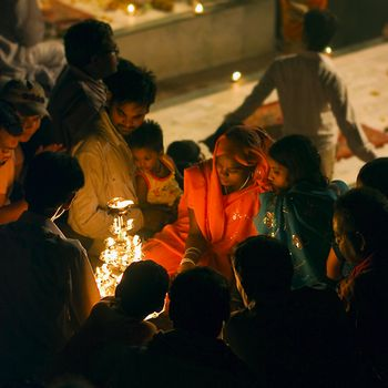 Strassenfotografie: Im Lichtschein der Zeremonie